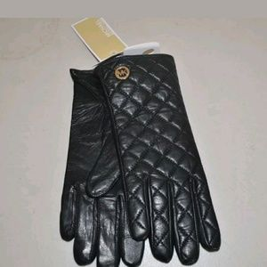 Michael Kors QUILTED LEATHER fashion tech gloves.